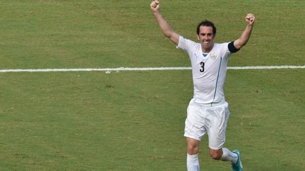 Diego Godín dio el gol del triunfo y del pase